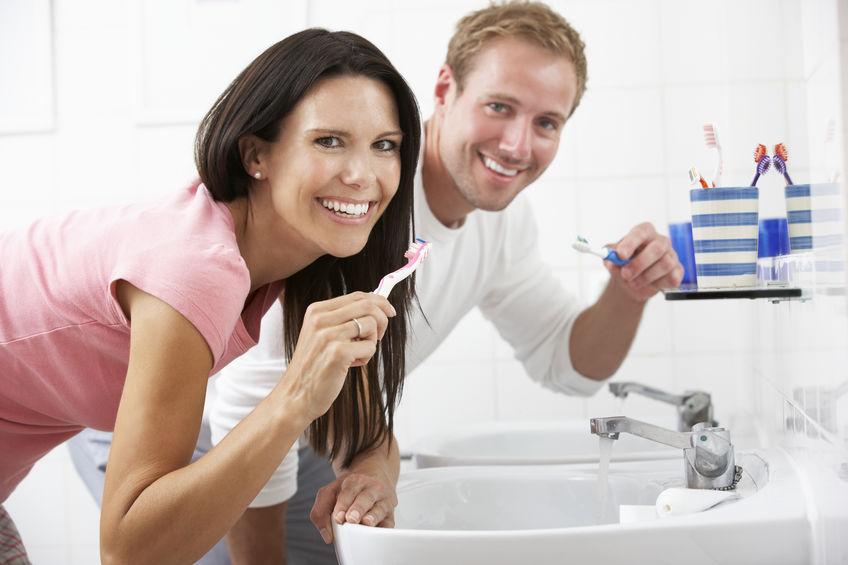 Dorośli myjący zęby