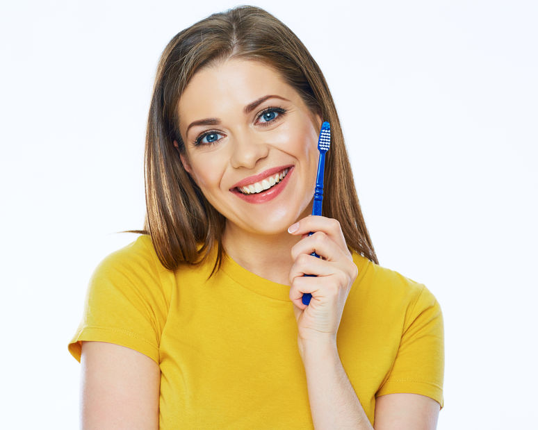 Uśmiechnięta kobieta ze szczoteczką