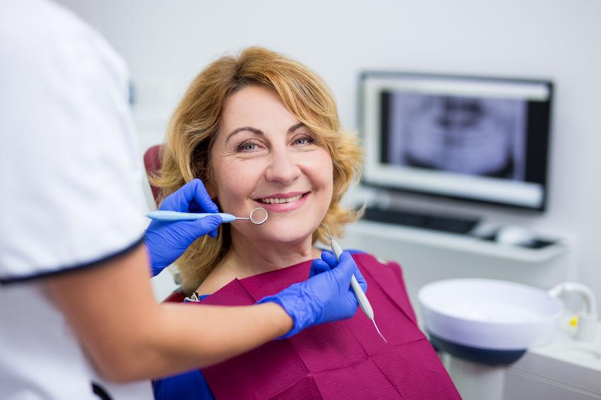 Kobieta w średnim wieku u dentysty