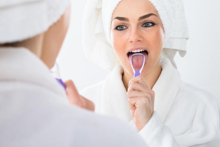 Kobieta czyszcząca język
