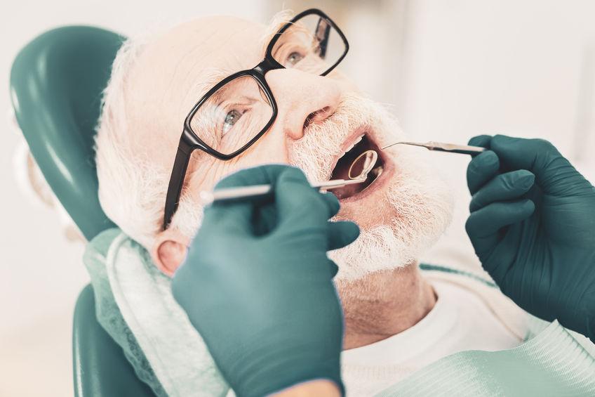Starszy pan u stomatologa